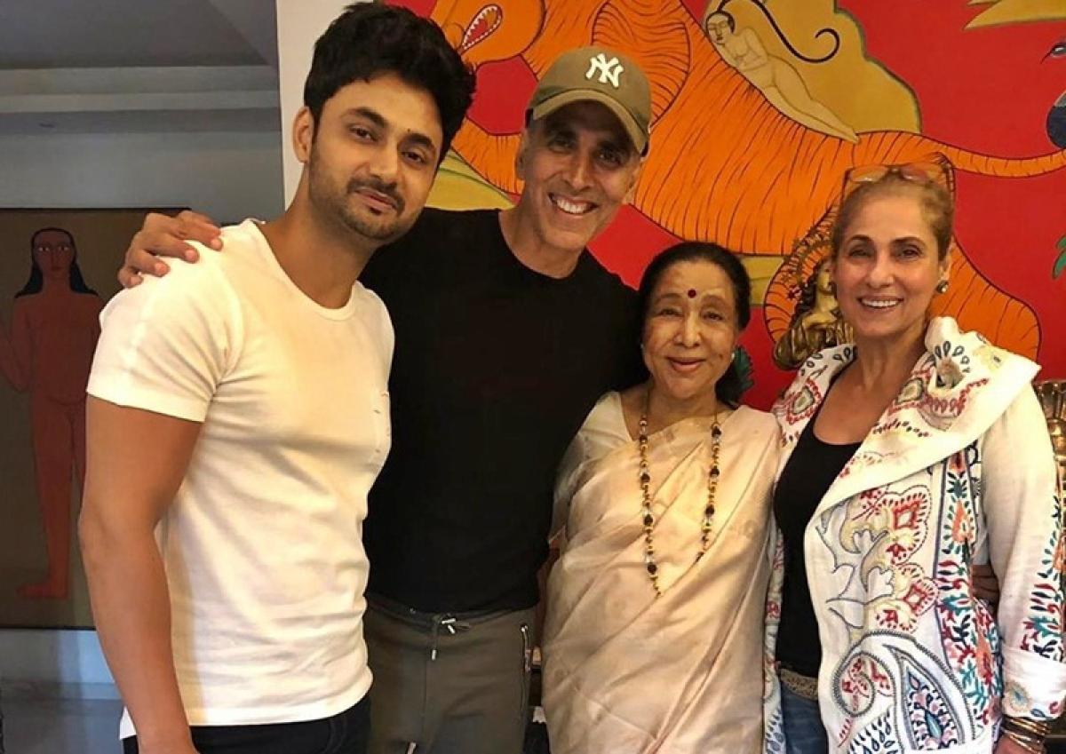 Akshay Kumar spends Sunday evening with Asha Bhosle bonding over chai
