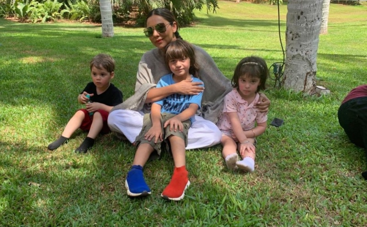 Shah Rukh Khan salutes his wife and baby mother Gauri Khan