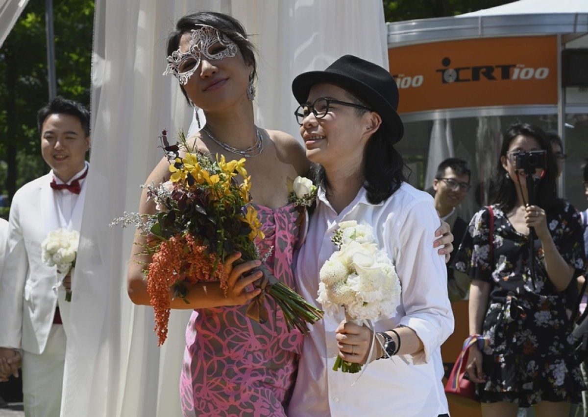 Taiwan: Historic day for LGBT rights activists after gay marriages take place for 1st time