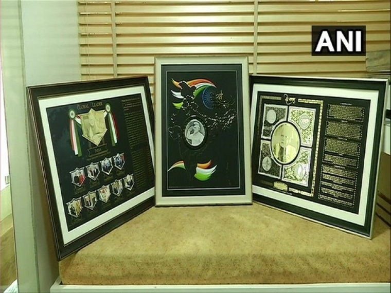 Surat: Jeweller makes gold, silver mementos for PM Modi