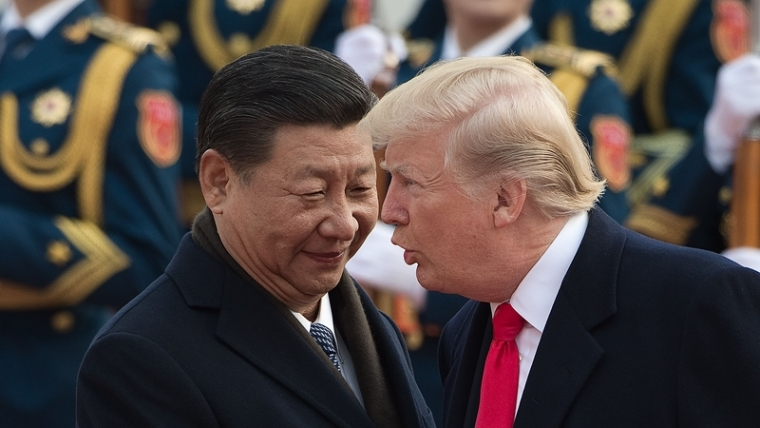 China's President Xi Jinping (L) and US President Donald Trump attend a welcome ceremony at the Great Hall of the People in Beijing on November 9, 2017.  / AFP PHOTO / NICOLAS ASFOURI