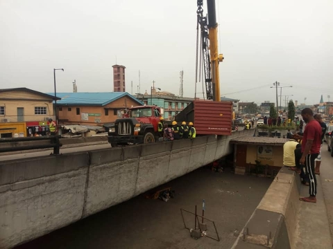The container that fell off the Ojuelegba bridge