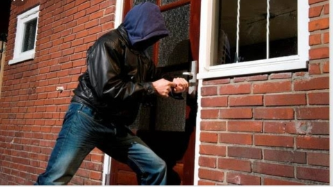 6 Ways You Are Inviting Burglars Into Your House