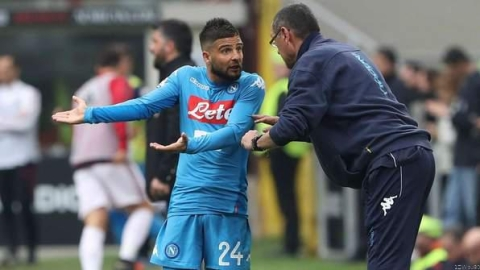 Insigne talking to his then coach, Sarri in a Serie A match against Ac Milan