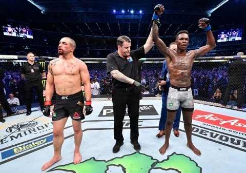 Video: Israel Adesanya Defeats Whittaker To Become Undisputed UFC Middleweight World Champion