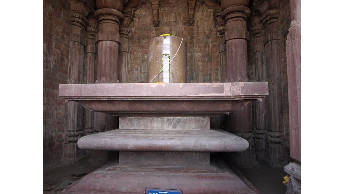 The <i>lingam</i>, on a platform made of three limestone blocks superimposed on each other.
