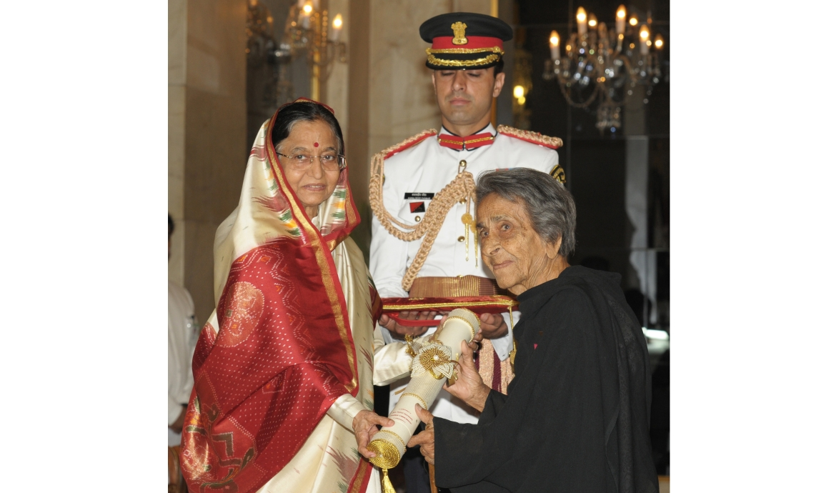 Homai receiving the Padma Vibhushan