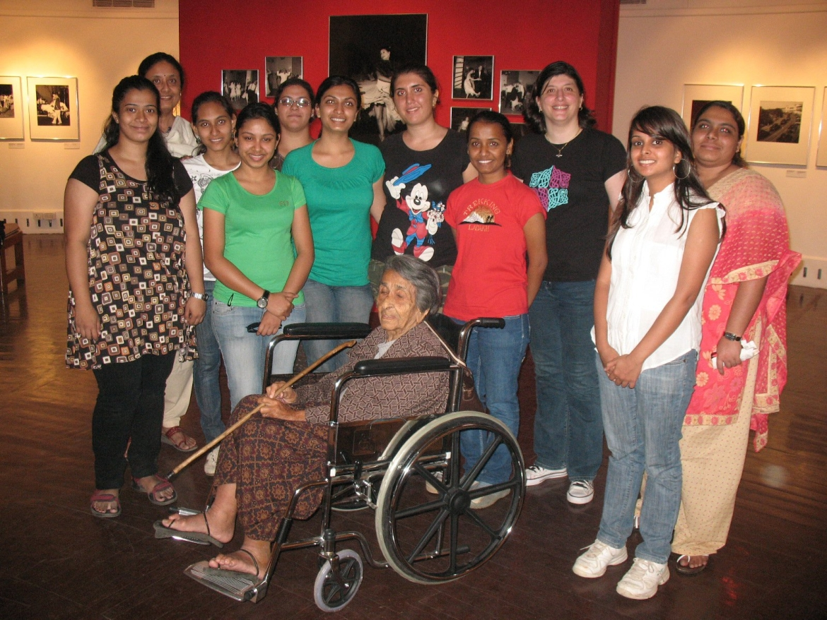 Homai  with a group of students at her Retrospective Exhibition at NGMA, Mumbai