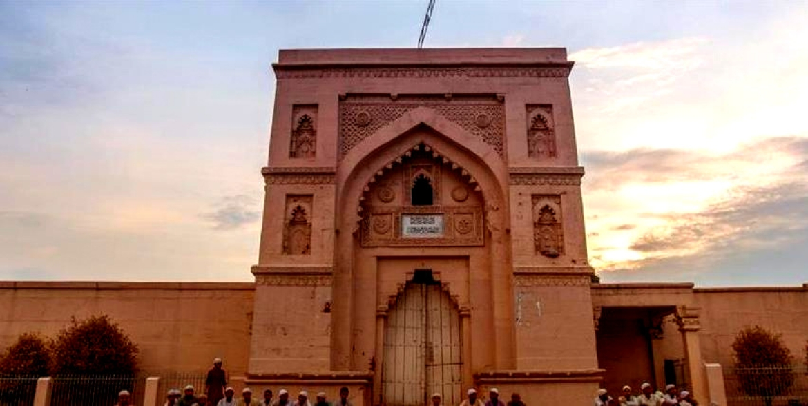 The red gateway of the Lal Darwaza Masjid