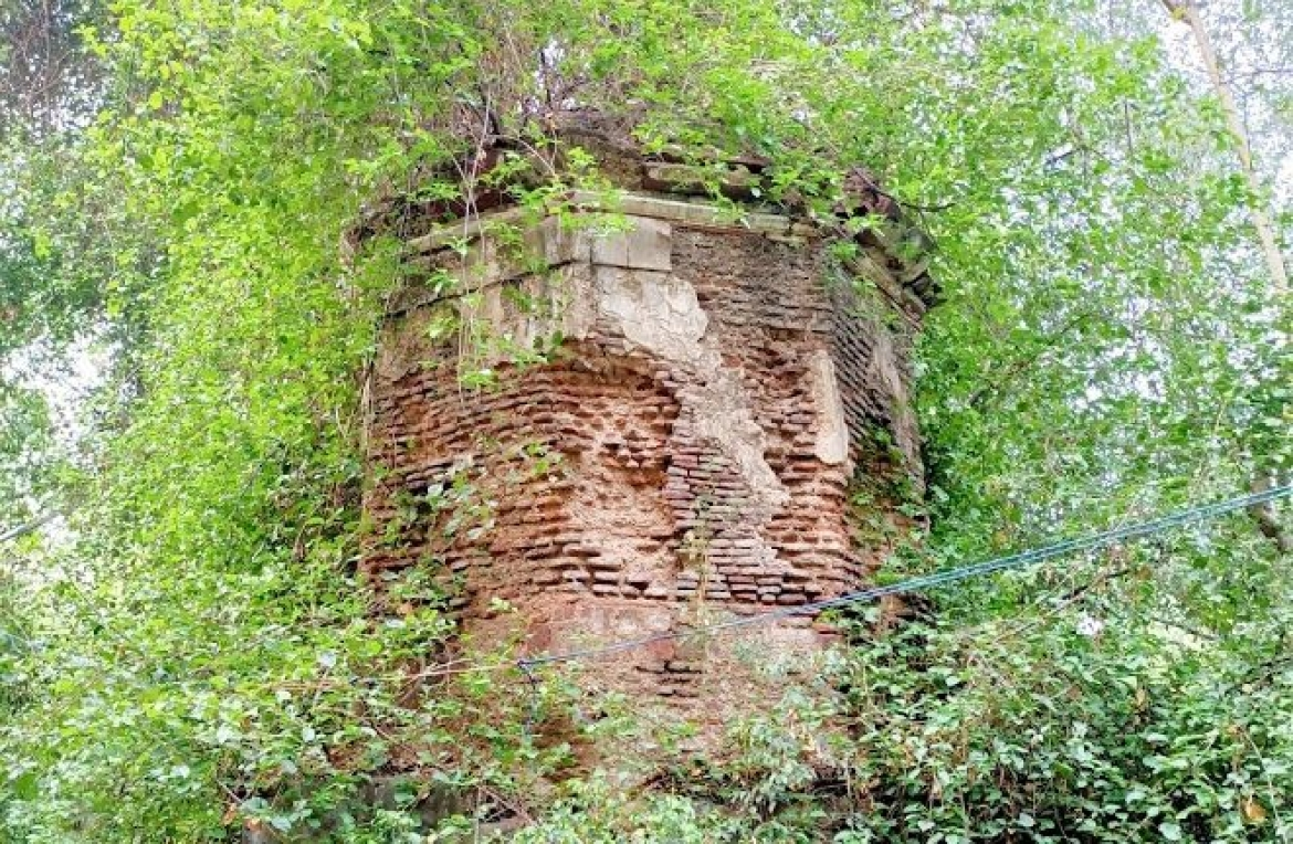 A ruined structure in the Bagh made with Lakhori bricks