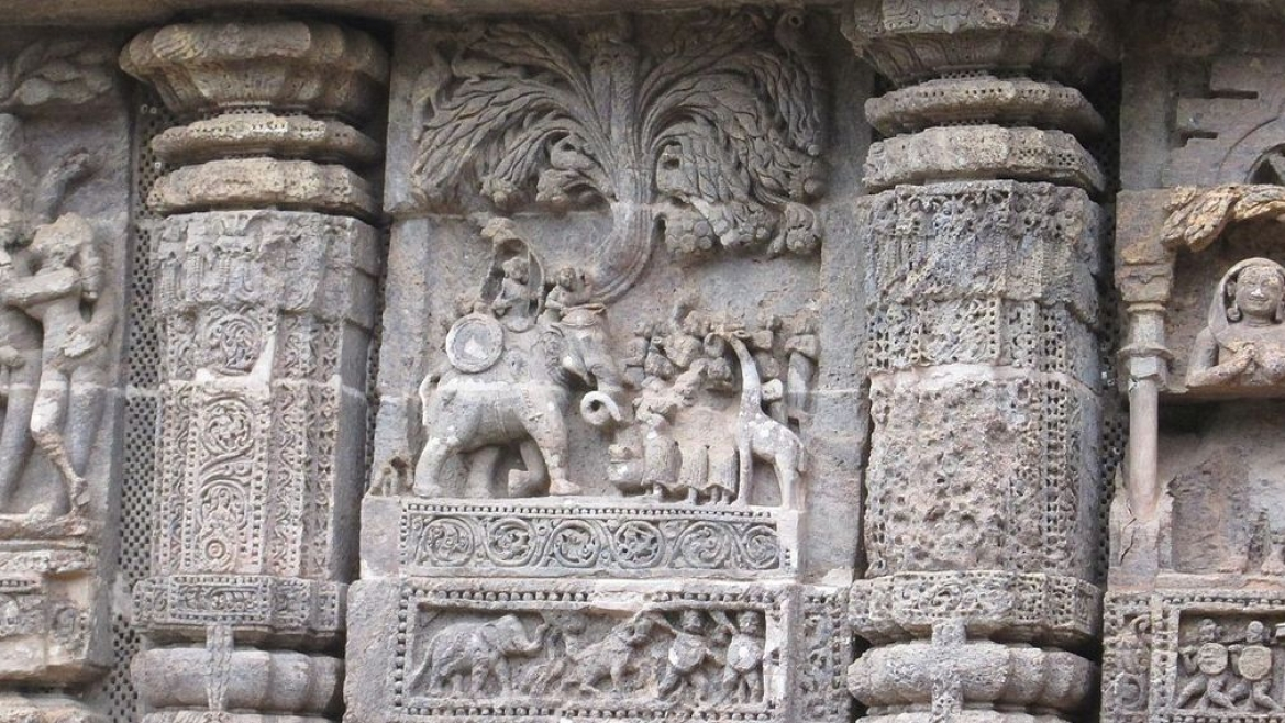 Sculpture showing giraffe in Konark Sun Temple