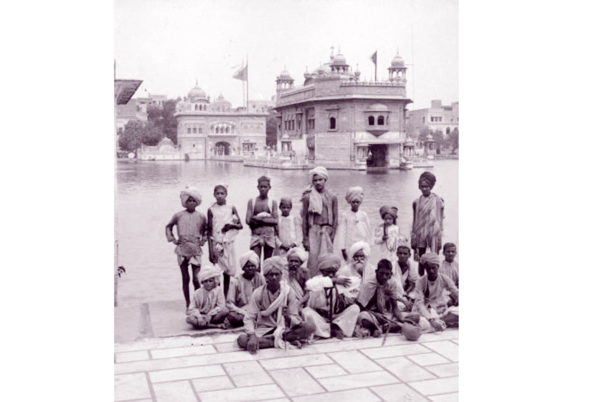 Students of a school in the Harmandir Sahib complex which continued until the colonial period