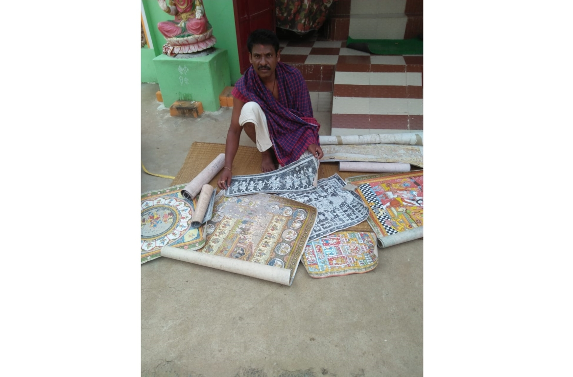 Artisan Niranjan Moharana with his art work