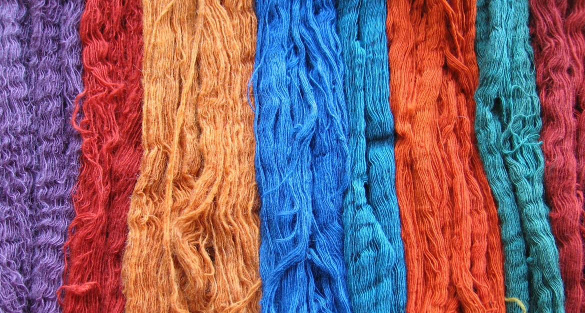 Yarns dyed naturally