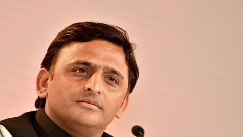 Akhilesh starts meeting SP old guards to strengthen party base