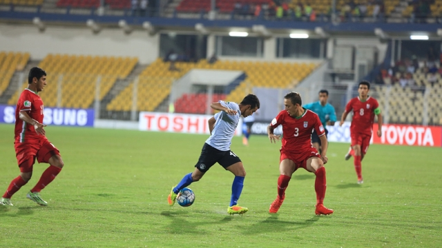Indian forward tries to go past Colombian defender