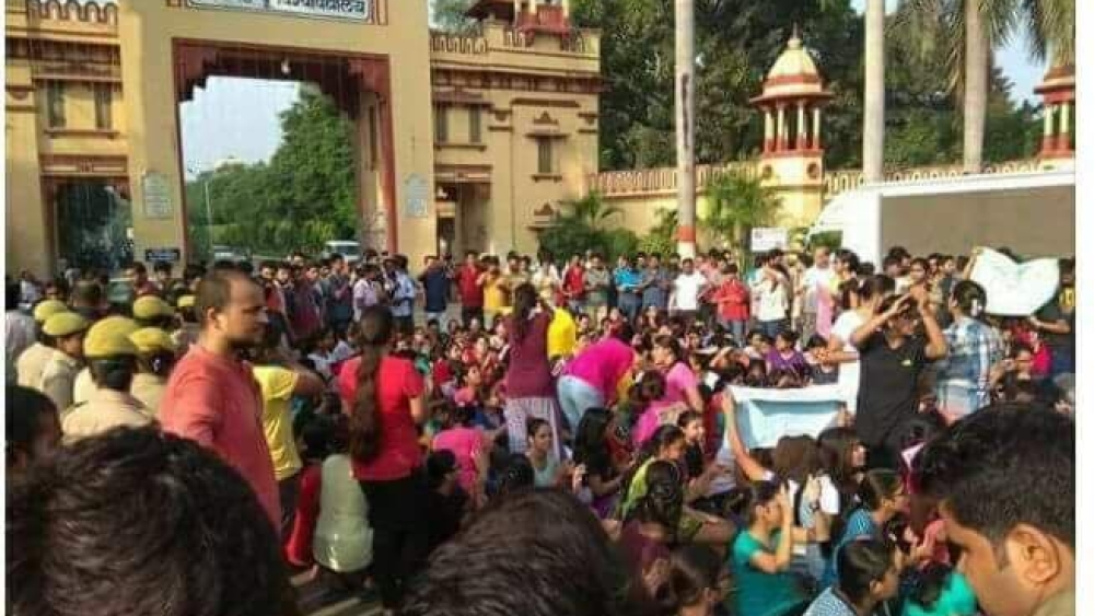 Students protesting at the entrance of BHU