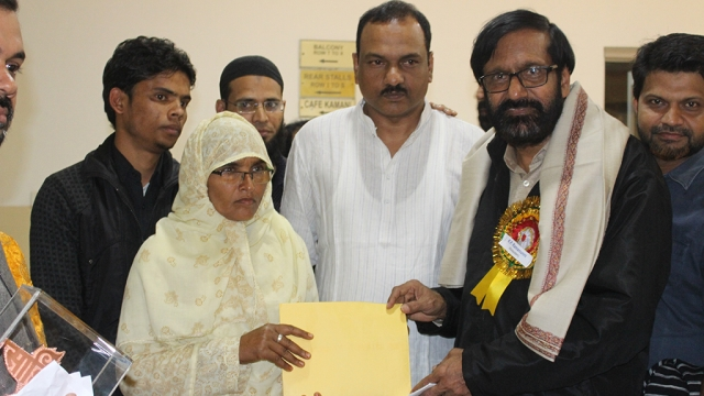 Malayali author KP Ramanunni donating his prize money to Saira Begum, Junaid's mother