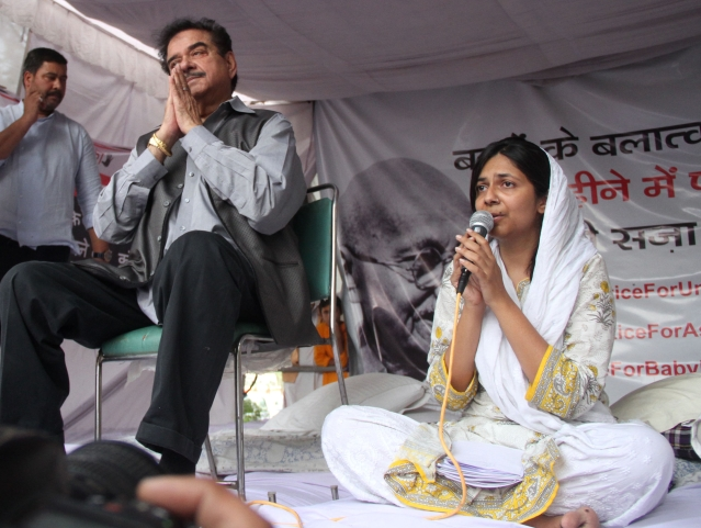 BJP MP and  Actor Shatrugan Sinha comes in Support of DCW Chief Swati Maliwal's hunger strike at Raj Ghat in New Delhi