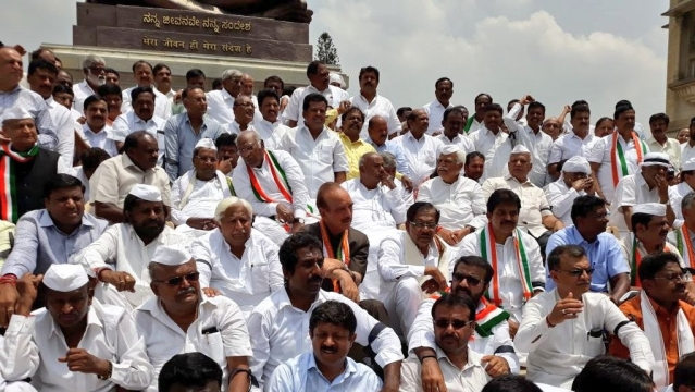 JDS leaders HD Deve Gowda and HD Kumaraswamy and Congress leaders including Siddaramaiah, G Parameshwara and Mallikarjun Kharge protest with independents and their MLAs at the Vidhana Soudha in Bengaluru on Thursday