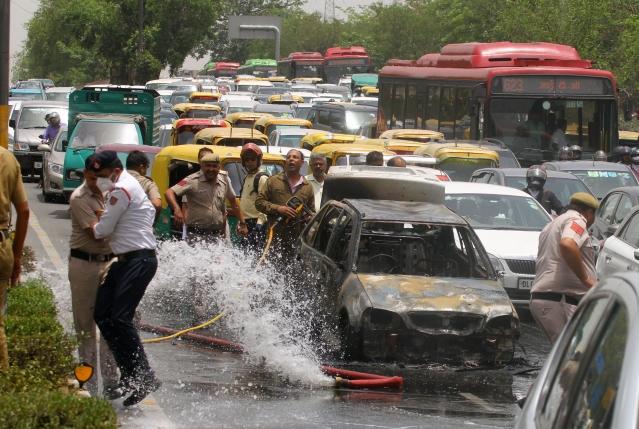 Maruti 800 caught fire in front of Delhi Secretariat. No one was hurt.