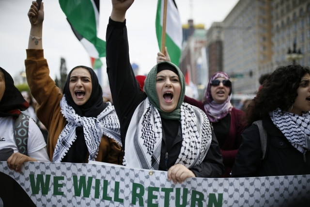 People shout slogans during a protest at Grant Park in Chicago, the United States. Several hundred Palestinian Americans and their supporters rallied here to protest against the opening of the U.S. embassy in Jerusalem and denounced Israeli forces' recent violence in Gaza.