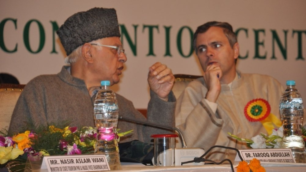 Former Jammu and Kashmir chief minister and National Conference leader Omar Abdullah (right) with NC President and Srinagar MP Farooq Abdullah (file photo)