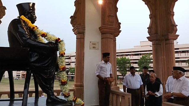 Former President of India Pranab Mukherjee pays tribute to Dr KB  Hedgewar, founder of the RSS, at Smriti Mandir in Nagpur on June 7, in presence of RSS chief Mohan Bhagwat