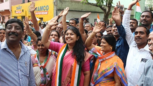 Congress candidate Sowmya Reddy (centre), joint candidate of the ruling JD(S)-Congress alliance in Karnataka, emerged victorious in Jayanagar on June 13 (file photo)