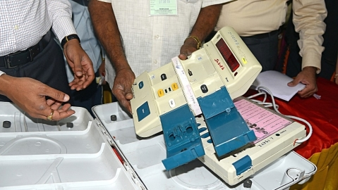 Govt contradicts EC, says hot weather not behind EVM/VVPAT malfunction