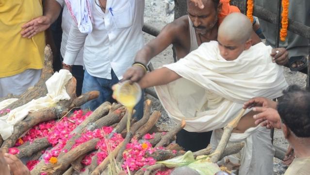 Sameer Singh, 14-year-old son of dreaded gangster Prem Prakash Singh alias Munna Bajrangi performs last rites of his father at Manikarnika Ghat in Varanasi on July 10