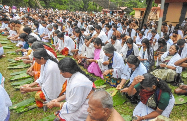 Devotees perform 'Bali tharpan' on the occasion of 'Karkidaka Vavu' at Ponkuzhi  Srirama Temple, in Wayanad.