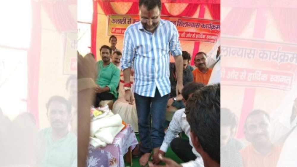 A file photograph of a BJP worker washing  BJP MP Nishikant Dubey's feet in Jharkhand on September 16