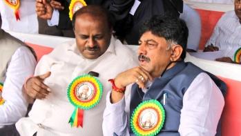 Irrigation Minister DK Shivakumar (right) with Karnataka Chief Minister HD Kumaraswamy (file photo)