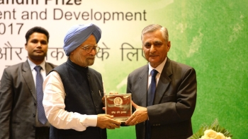 Dr Manmohan Singh receiving the Indira Gandhi Prize for Peace, Disarmament and Development from former CJI TS Thakur