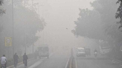 Delhi: Misty morning on Monday, air quality still 'very poor'