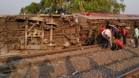 Howrah-New Delhi Poorva Express derails near Kanpur, over 25 injured