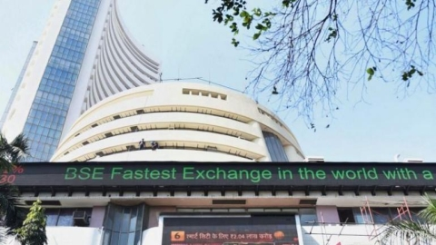 Sensex plummets 560 pts; bank, auto stocks face losses