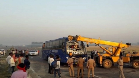 LIVE news updates: 5 dead, 30 injured after  bus rams into tractor on Lucknow-Agra expressway