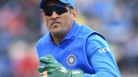 ICC to BCCI: Request Dhoni to remove Army insignia from gloves; fans on Twitter ask him to 'keep the glove'