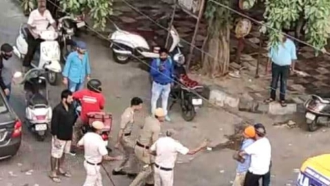 Watch: Street fight between Delhi police and auto driver who pulled out sword; 3 policemen suspended