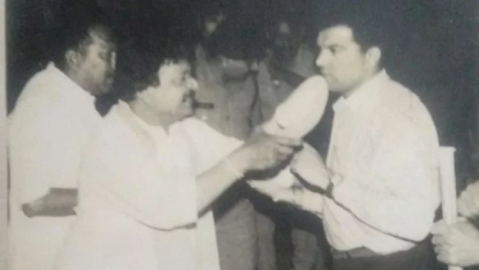 In this old photo of 1994, BJP general secretary Kailash Vijayvargiya threatening a police officer to hit him with his shoe.