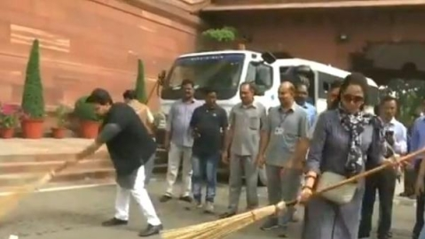 Who litters at the Indian Parliament House?: Watch BJP MP Hema Malini clean it