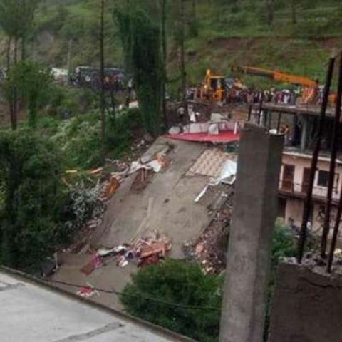 14 persons, including 13 army jawans, were killed when a multi-storey building came crumbling down due to heavy rain on the Kumarhatti - Nahan road in Solan on Sunday.