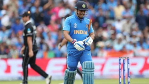 Did umpiring error cost Dhoni his wicket?