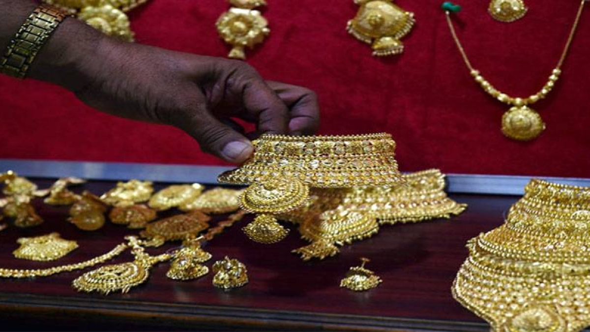 Gold hits all time high of Rs 38,070 per 10 gram