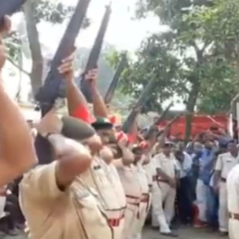 WATCH : Police rifles fail to boom during cremation of former Bihar CM Jagannath Mishra