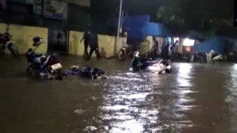 Heavy rain and flood disrupt normal life in Maharashtra, Pune declares holiday