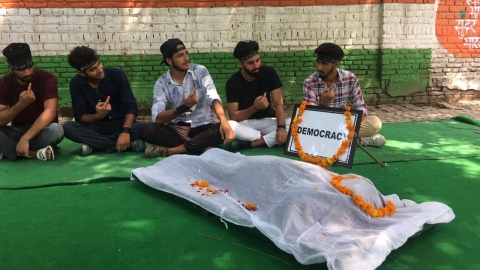 Kashmiri students protest with a dummy corpse, which they said was that of 'democracy', at Jantar Mantar on Sep 10, 2019.