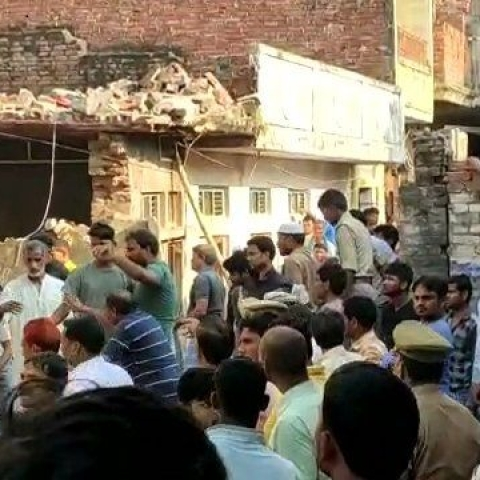 7 dead and 15 injured after a two-storey building collapsed following a cylinder blast in Mau, UP
